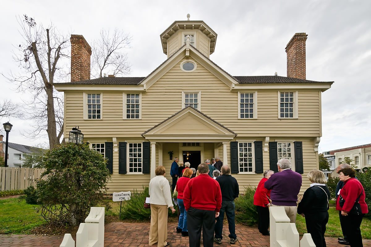 Guests arriving at the Cupola House, Edenton, North Carolina (Photo by Kip Shaw)